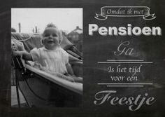 Mooie uitnodigingskaart pensioen met krijtbord ontwerp en ruimte voor foto's. Op de kaart staat Omdat ik met pensioen ga is het tijd voor een feestje.