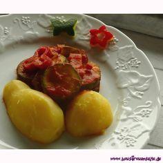 Katjas Gemüsepfanne mit Zucchini, Paprika und Zwiebel Katjas Gemüsepfanne ist ein Rezepttipp, der super beim Abnehmen hilft vegetarisch vegan laktosefrei glutenfrei Super, Zucchini, Plum, Fruit, Food, Delicious Vegan Recipes, Cooking, Onions, Glutenfree
