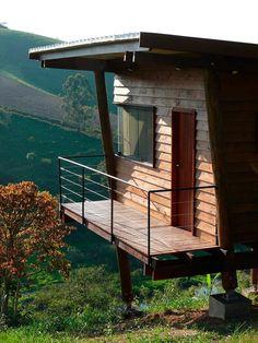 Varanda da suíte: Casas rústicas por Cabana Arquitetos