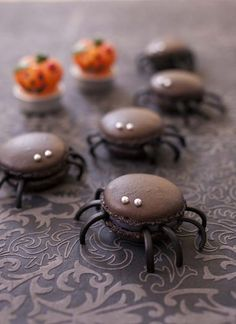 Recipe Spider macarons and licorice macaroons recipe Halloween Desserts, Halloween Cupcakes, Postres Halloween, Halloween Food For Party, Halloween Treats, Halloween Diy, Halloween Macaroons, Haloween Cakes, Uk Wedding Cakes
