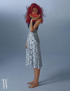 빨간색 보디슈트, 여성스러운 레이스 장식 오프숄더 드레스는 루이 비통 제품. 가격 미정.