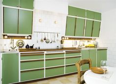 When you speak about various designing styles for your kitchen, the thing that arrives to your brain is the retro kitchen style. 50s Kitchen, Green Kitchen, Kitchen On A Budget, Vintage Kitchen, Kitchen Dining, 50s Style Kitchens, Home Kitchens, Mid Century Modern Kitchen, Diy Kitchen Decor