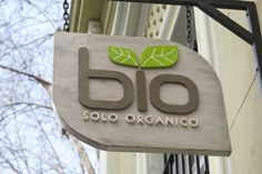 nombre de restaurantes organicos - Buscar con Google Shop Signage, Signage Design, Healthy Restaurant Design, How To Store Bread, Exterior Signage, Flag Signs, Vegan Restaurants, Visual Display, Environmental Design