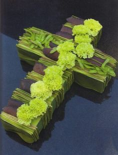 Cross with carnations - Moniek Vanden Berghe - Page 4 - Floristics popular floral forum Condolence Flowers, Sympathy Flowers, Church Flowers, Funeral Flowers, Grave Decorations, Flower Decorations, Fleurs Toussaint, My Flower, Flower Art