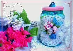 Pote de vidro transformado em porta-trecos com técnicas de decoupage de guardanapo, flores e outras fofurices.