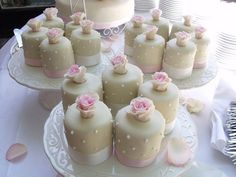 mini wedding cakes champagne en pink