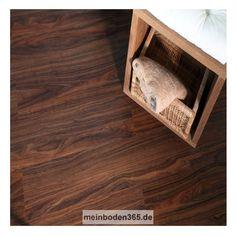 Das Vinyl Dortmund in dem Dekor Nussbaum ist ein LVT Designboden mit einem 3-Schicht Aufbau und PVC Träger. Der Vinylboden hat eine Stärke von 5 mm, die Oberfläche ist eine Porenstruktur und besitzt eine Nutzschicht von 0,55 mm. Ein spezielles Klicksystem (LOC) verbindet die Dielen, welche zudem eine umlaufende Fase besitzen. Die Verlegung des Bodens erfolgt schwimmend auf einem festen Untergrund. Der Boden ist auch zu 100% recyclebar.