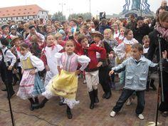 575 osób, wśród nich tancerze organizatorów, czyli Małych Gorzowiaków, biło w niedzielne popołudnie przed galerią Nova Park rekord w krzesaniu hołubca.