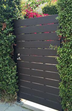 10 Awesome Modern Horizontal Fence Ideas That Value Of Money – decoratoo - Zaun Side Gates, Entry Gates, Front Gates, Front Doors, Backyard Gates, Outdoor Gates, Driveway Gate, Modern Fence Design, Modern Gates