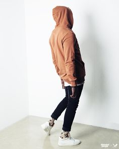 Distorted People Streetstyle : Hoodie in light brown, Oversized Tshirt in sand, Carrot Denim Jeans in black, Blades Socks in sand, Premium Sneaker ''Son of Blades'' in monochrome white