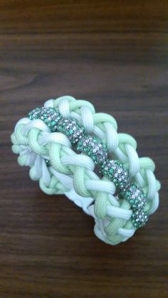 Inspiratie: womans glow in the dark neon green/white beaded paracord bracelet…
