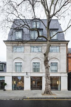 Piero Lissoni designed the London flagship store for Lema S. Its design represents the two pillars of Lema brand: the culture of know-how, tradition and innovation and the unique world. Contract Design, Dream House Plans, Dream Houses, Pink Houses, Park Homes, Good House, London Life, Bespoke Design, Exterior