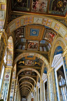 An entire hallway devoted to Raphael Loggias's frescoes that adorn the Vatican. Russian Architecture, Classic Architecture, Shopping Mall Interior, Inside Castles, Vatican Rome, Palace Interior, Winter Palace, Hermitage Museum, Beautiful Villas