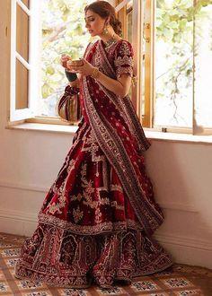 Pakistani Fashion Party Wear, Pakistani Wedding Outfits, Bridal Outfits, Indian Fashion, Velvet Lehnga, Pakistani Bridal Hairstyles, Couple Wedding Dress, Beautiful Pakistani Dresses, Saree Blouse Neck Designs