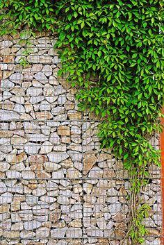 Aufgefüllte Steine. Drahtkörbe aus feuerverzinktem Stahl werden als Mauer immer beliebter. Mit stückverzinkten Metallkörben - sogenannten Gabionen - ist es ganz einfach, eine dekorative Bruchsteinmauer zu errichten. Foto: djd/Institut Feuerverzinken/© Rainer Sturm/PIXELIO