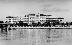 Manila Hotel, Manila, Philippines, 1940 Ancient Greek Architecture, Gothic Architecture, Les Philippines, Filipino Fashion, Philippine Holidays, Hotel Motel, Grand Mosque, Mayan Ruins, Rajasthan India