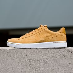 Stunt in classic comfort with the Nike Tennis Classic Ultra (876390-700), released 12/28/2016. These low-profile sneakers are constructed of a soft leather upper for long-lasting durability and draped in Desert Ochre yellow from upper to outsole for premium style. The cushioned EVA sockliner brings active support, and the rubber cupsole is fitted with a herringbone pattern for increased traction.