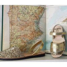 Este verano se lleva todo brillante. Si eres de plano cálzate la clásica sandalia abarca de mujer con gliiter brillante dorado combinado con piel oro fabricada en España por Beatria. Del 35 al 4para tu niña con flecos dorados del 26 al 34