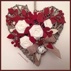 Cuore di vimini con rose di lino bianche e rametti di feltro rossi, by fattoamanodaTati, 27,00 € su misshobby.com