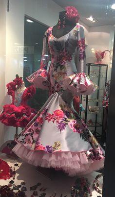 Flamenco Dancers, Flamenco Dresses, Folk Costume, Costumes, Spanish Dress, Fashion 2018, Womens Fashion, Luxury Closet, Halloween 2019