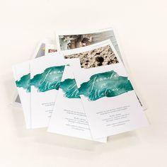 Valkoiselle Scandia White kartongille toteutetut ihanat hääkutsut, joissa kaunis värimaailma. #painopirttioy #hääkutsu #wedding #invitation #häät #kesähäät #kutsukortti Polaroid Film