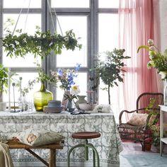 <span>Bänk av bambu, 899 kronor, Welcome home. Mönstrad duk, 170 × 270 centimeter från Chamois, 795 kronor, klicka på plusset i bilden för att handla i LEVA&BO:s webbutik.<br></span>