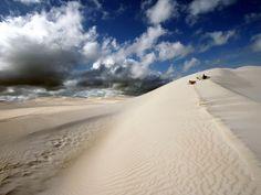 Fotografía de Nicki Chen  El este del pueblo de Lancelin está bordeado por un sin fin de dunas blancas de arena. El pico de estas dunas da una vista panorámica espectacular.