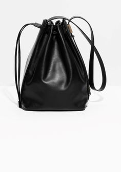 Smooth leather and a slouchy shape meet in this refined leather bucket bag. The merge between sporty and classic is accentuated by matte gold-coloured details.