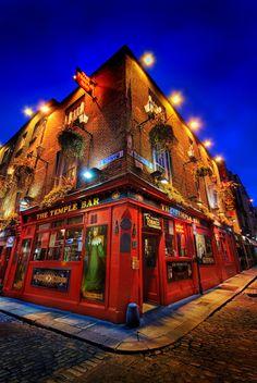 Dublin. The Temple Bar, lo mejor todos los pub de este barrio con música en directo y pintas de cerveza a gogo.  Ademas del museo Guinness y Jameson... todo relacionado con beber...
