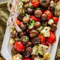Italian Roasted Mushrooms and Veggies: This veggie side is full of flavor and texture! Find more easy and delicious non-traditional and traditional Christmas dinner menu ideas and recipes including appetizers entrees desserts drinks and main courses here. Traditional Christmas Dinner Menu, Easy Christmas Dinner, Christmas Side Dishes, Holiday Dinner, Christmas Parties, Keto Holiday, Christmas Dinners, Gold Christmas, Vegetables For Christmas Dinner