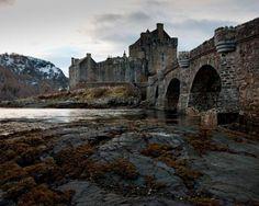Os 33 lugares abandonados mais lindos que você já viu : Castelo Eilean Donan -  Fotografia repinada do site Climatologia Geográfica