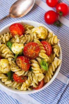 pasta salad with pesto, tomato and mozzarella - caprese pasta salad. Super easy and SO delicious. You only need a handful of ingredients - Cheese Appetizers, Appetizer Recipes, Dinner Recipes, Thanksgiving Appetizers, Thanksgiving Recipes, Mozzarella Salat, Pasta Salad Recipes, Food Inspiration, Food Porn