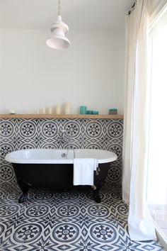 Like having the TILE run up the WALL finishing with a wooden SHELF - Salle de bains vintage avec baignoire ancienne et carreaux de ciment. Estilo Interior, Home Interior, Bathroom Interior, Bathroom Gray, Bathroom Remodeling, Damask Bathroom, 1920s Bathroom, Moroccan Bathroom, Mermaid Bathroom