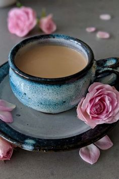 Japanese Royal Milk Tea ♥ Creamy and rich with a delicate floral tea taste. This popular Japanese tea is delicious both hot and iced! Tea Japan, Milk Tea Recipes, Royal Milk Tea, Black Tea Leaves, Best Tea, Yummy Drinks, Tea Drinks, Beverages, Drinking Tea
