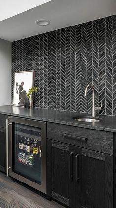 Black Subway Backsplash ( Ideas ) - The Power of Black Color! Subway Backsplash, Black Backsplash, Backsplash Ideas, Contemporary Kitchen Backsplash, Contemporary Kitchen Design, Modern Contemporary, Kitchen Black Tiles, Basement Bar Designs, Home Bar Designs