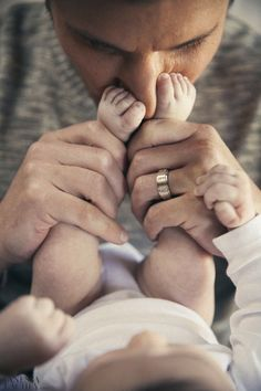 Super cute newborn photo with the dad. Love this cute pose. Newborn photography | baby and daddy | newborn pose