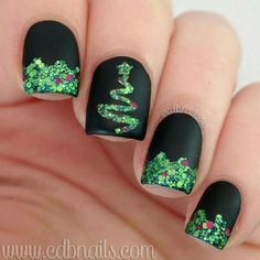 100 Perfect Glitters Nail Art Designs for Christmas That You Can Copy Creative Nail Designs, Toe Nail Designs, Beautiful Nail Designs, Beautiful Nail Art, Fingernail Designs, Nails Design, Christmas Tree Nail Designs, Christmas Tree Nails, Holiday Nails