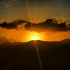 El Sol se oculta entre las montañas. Foto tomada en Yabucoa por @jmaldonadomarrero | www.miprv.com