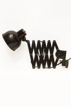 Zwarte industriële wandlamp, ook wel schaarlamp geheten. Gemaakt van metaal. De schaarlamp komt uit de jaren 40. Prachtig voor boven je werktafel.