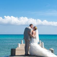 Grab the nearest cocktail & escape to Bridal Land for a moment with the prettiest Grand Cayman Island soirée!! (captured by DVB photo)