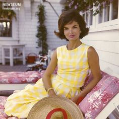 """Jacqueline Kennedy Onassis Jacqueline Lee """"Jackie"""" Kennedy Onassis was the wife of the President of the United States, John F. Kennedy, and First Lady of the United States from 1961 until his assassination in 1963 Jacqueline Kennedy Onassis, Estilo Jackie Kennedy, Caroline Kennedy, Jaqueline Kennedy, Les Kennedy, John Kennedy, Grace Kelly, Lilly Pulitzer, Moda Vintage"""