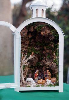 lanterna presepe Christmas Globes, Christmas Lanterns, Christmas Fairy, Christmas Nativity, Christmas Holidays, Christmas Villages, Pink Christmas Decorations, Christmas Card Crafts, Christmas Centerpieces
