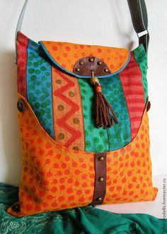 bolso con aplicaciones de genero y cuero con tachas