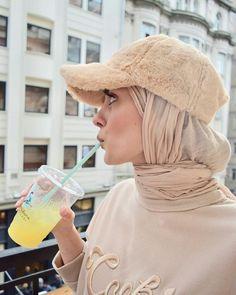 How to accessorize your hijab in winter How to accessorize your hijab in win Tesettür Ayakkabı Modelleri 2020 Modest Fashion Hijab, Modern Hijab Fashion, Casual Hijab Outfit, Muslim Fashion, Fashion Outfits, Modesty Fashion, Grunge Outfits, Fashion Dolls, Hijab Elegante