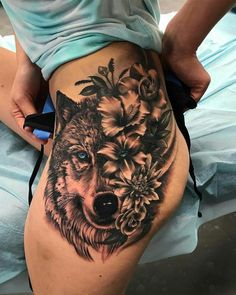 Kraftvolle Wolfs- und Blumen-Tattoos am Oberschenkel - tolle Tattoo-Ideen & . - Kraftvolle Wolfs- und Blumentattoos am Oberschenkel – tolle Tattoo-Ideen & Designs – - Sexy Tattoos, Trendy Tattoos, Unique Tattoos, Beautiful Tattoos, Body Art Tattoos, Sleeve Tattoos, Female Tattoos, Strong Tattoos, Tattoo Drawings