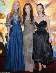 That blue dress is gorgeous!!! Laura Brent (Lilliandil) at the Voyage of the Dawn Treader premier with Georgie Henley and Anna Popplewell.