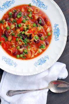 Papupasta keittoo 2 valkosipulinkynttä 1 pieni sipuli 3 pientä porkkanaa 1 punainen paprika 2 rkl oliiviöljyä 1 l vettä 1 tlk tomaattimurskaa 1 kasvisliemikuutio 2 dl simpukkapastaa 2 tl kuivattua oreganoa 1 tlk kidneypapuja 200 g pakasteherneitä maun mukaan rouhittua mustapippuria 1 rkl ketsuppia (ei pakollinen) Pilko kaikki kasvikset pieniksi kuutioiksi.