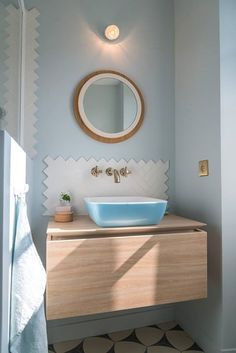 VILLEROY & BOCH: At home with Gesa Hansen: The guest bathroom reflects Gesa's personal style, wit ... https://www.davincilifestyle.com/villeroy-s-personal-style-wit/ At home with Gesa Hansen: The guest bathroom reflects Gesa's personal style, with clearly defined shapes and soft pastel blue on the walls, harmonizing with the Patterned floor. The highlight is the 'Fog' colored square Artis washbasin on the Legato vanity unit. Click here to read the whole ho