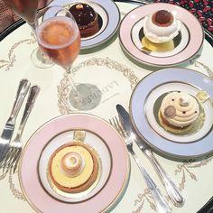Earlier this afternoon: Champagne & Pâtisseries 🍾🍰🍬 at @maisonladuree in #Geneva with the girls @livingeneva @rosepoudree_eshop_webzine @mademoiselleb.ch @eraedyla @elvira_abasova @sparkle_pr  Have you tried them yet? My 2 favourites are La Tarte au citron meringuée & Le Mont-Blanc agrumes 😋 #laduree #sweettooth #pastel #pastel_lover #champagne