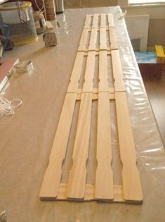 For a decorative touch on a shelf or to hang on the wall for light weight items, make your own crate from paint sticks. paint sticks, hemp and glue. Diy Craft Projects, Wood Projects, Craft Ideas, Paint Stick Crafts, Crate Nightstand, Wood Crates, Pallet Wood, Paint Stirrers, Funky Junk Interiors